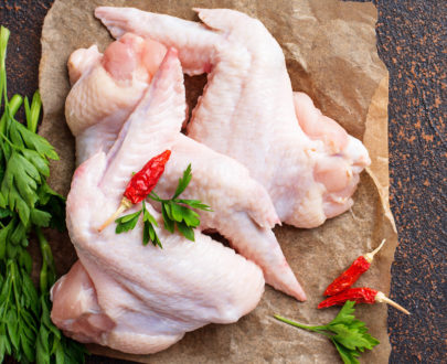 raw chicken wings on cutting board CPV9KDE 405x330 - Aile de poulet