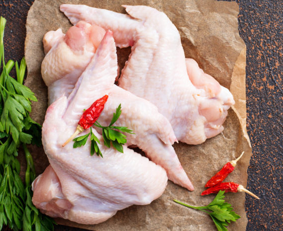 raw chicken wings on cutting board CPV9KDE 570x465 - Aile de poulet