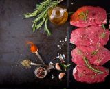 raw beef steaks with spices and rosemary flat lay PVWUNUT copie 160x130 - Brochette de volaille