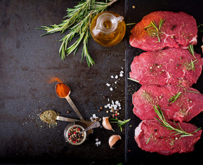 raw beef steaks with spices and rosemary flat lay PVWUNUT copie 405x330 - Steak de boeuf BLEU BLANC BELGE