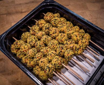 """SGB 6 copie 405x330 - Brochette de boulettes """"noir, jaune, rouge"""""""