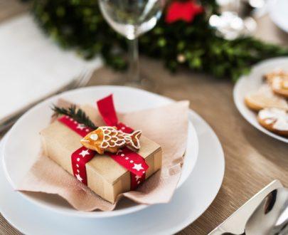 a table set for a dinner at home at christmas KQ952TZ 405x330 - Menu de la Mer Fêtes