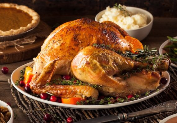 homemade roasted thanksgiving day turkey PHF8T3N 570x396 - Dinde désossée farcie aux porto et fruits